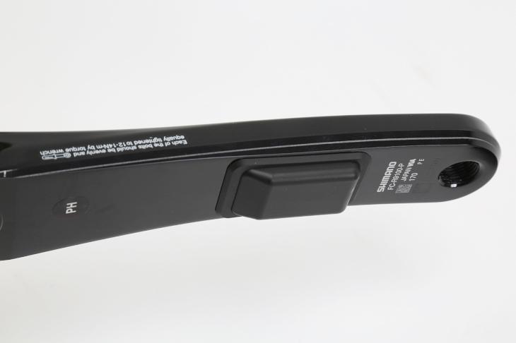左クランクに装着されるセンサーも薄く小型な形状となる