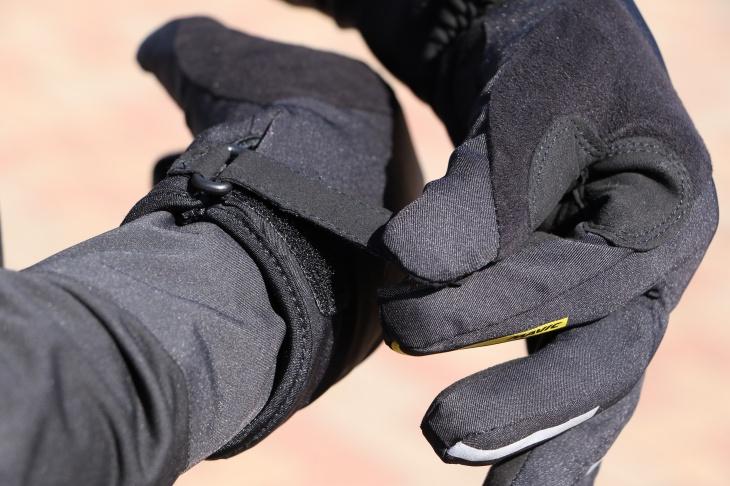 袖部分はベルクロで締めることで確実な装着を可能に
