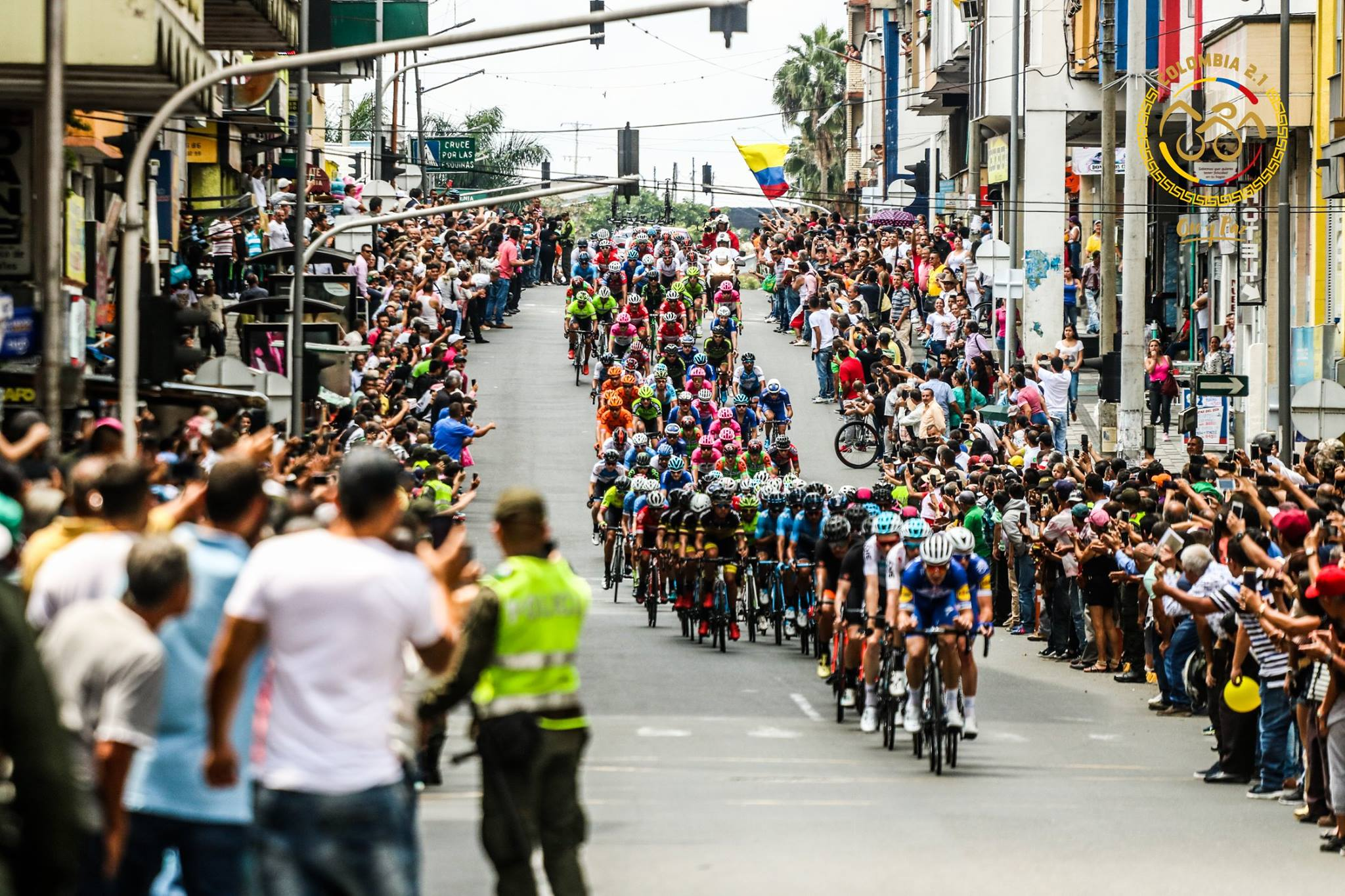 大勢の観客が並ぶコロンビアの街を抜ける