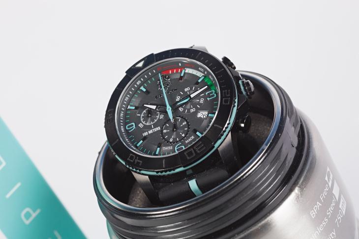 Timepieceはステンレス製ボトルがケースとなっている