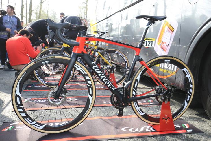 シャヴァネル以外の選手は黒赤のノーマルカラーバイク