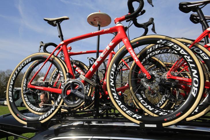 チームカーに搭載されたスペアバイク。IsoSpeedのスライダーは最もしなり量が多くなる位置に設定