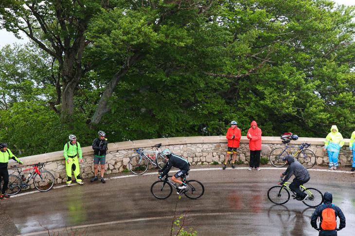 選手の到着と同時に響く雷鳴 モンテヴェルジネで歴史を作ったカラパス