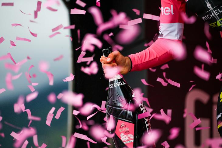 ピンクの紙吹雪とスプマンテ