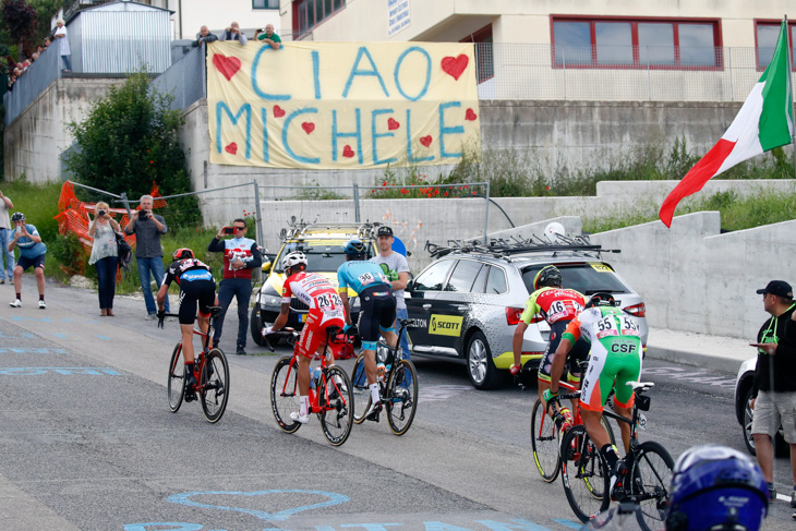 スカルポーニの町フィロットラーノを通過する逃げグループ
