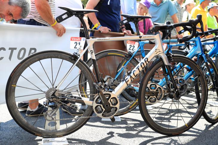 シルバーメタリックに輝くロマン・バルデ(フランス)のO2