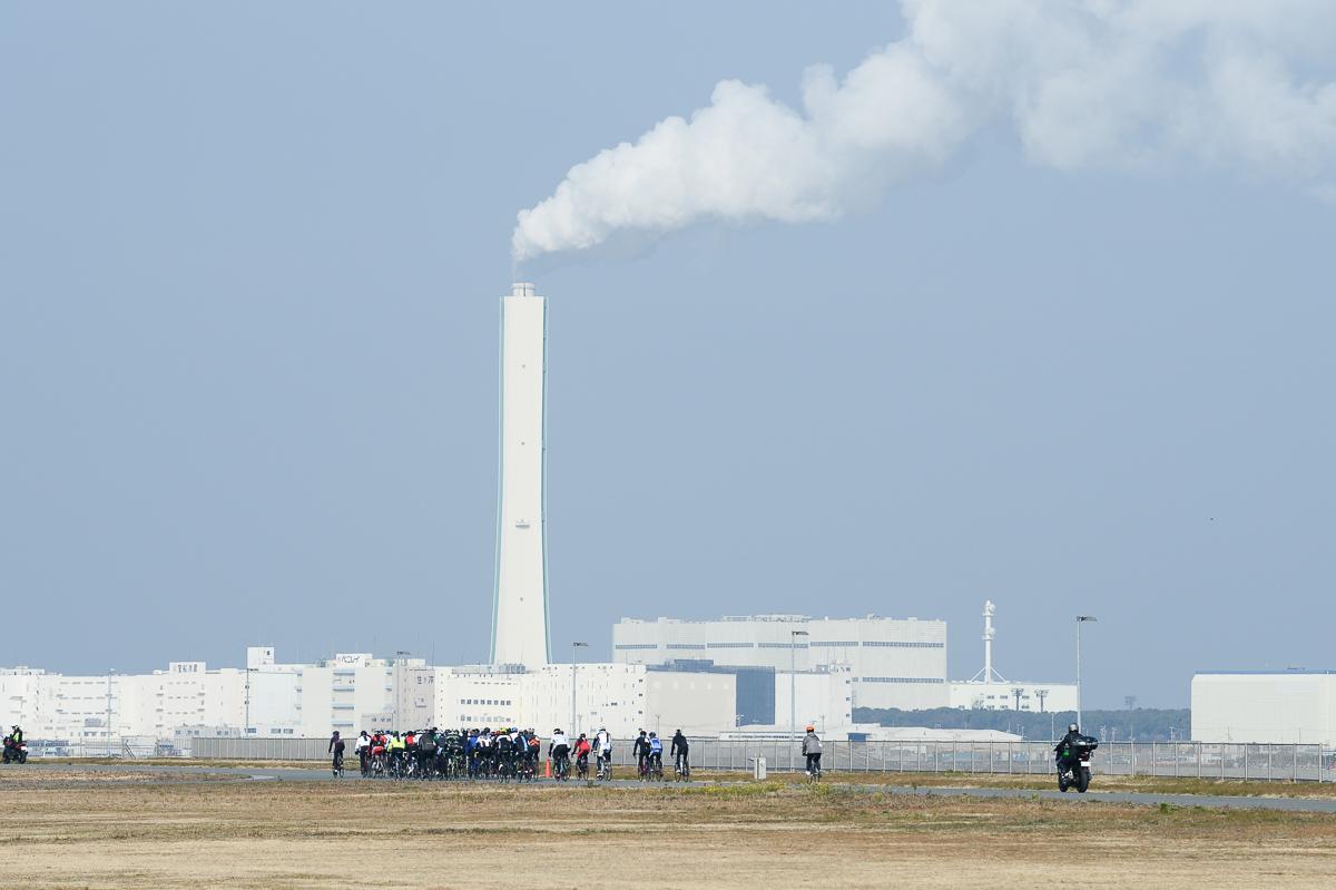 大阪湾に面した「海とふれあいの広場」関西電力の火力発電所の煙突が ...