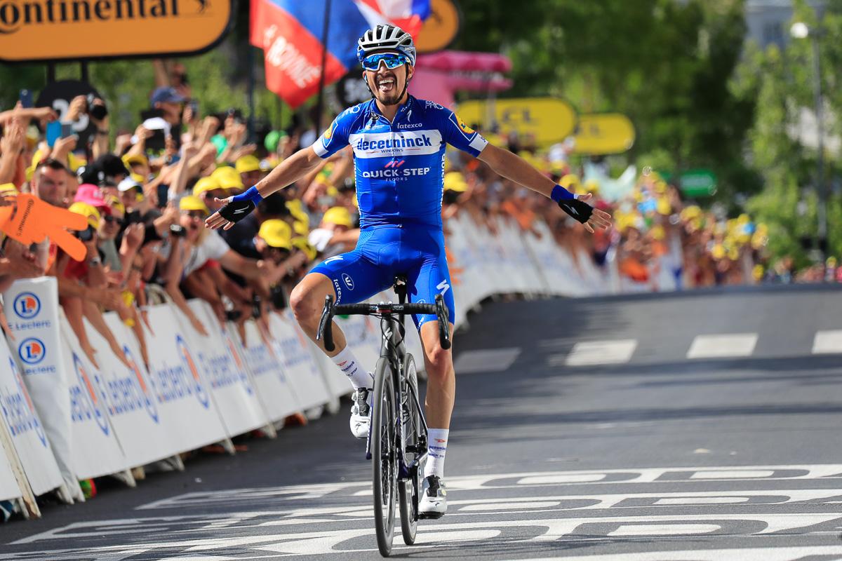 独走でエペルネーの上りフィニッシュに飛び込むジュリアン・アラフィリップ(フランス、ドゥクーニンク・クイックステップ)