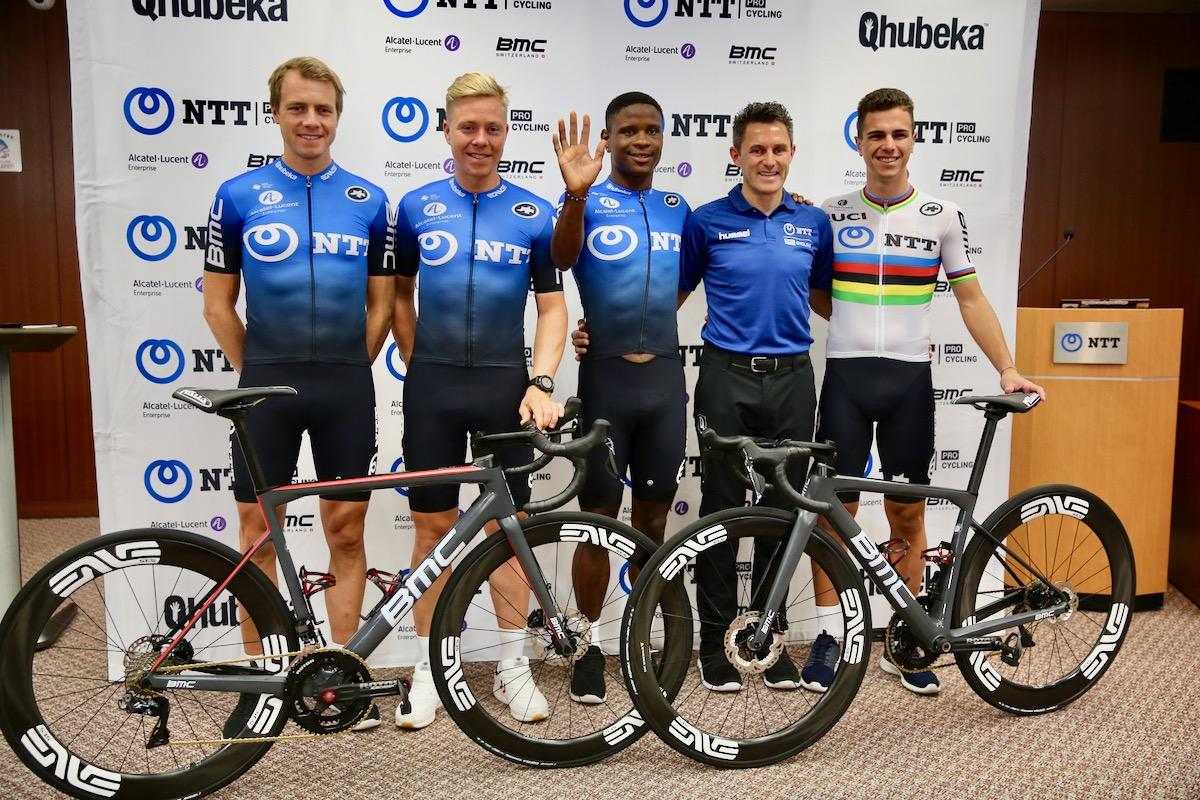 NTTプロサイクリングの新ジャージを身にまとった現所属選手たち