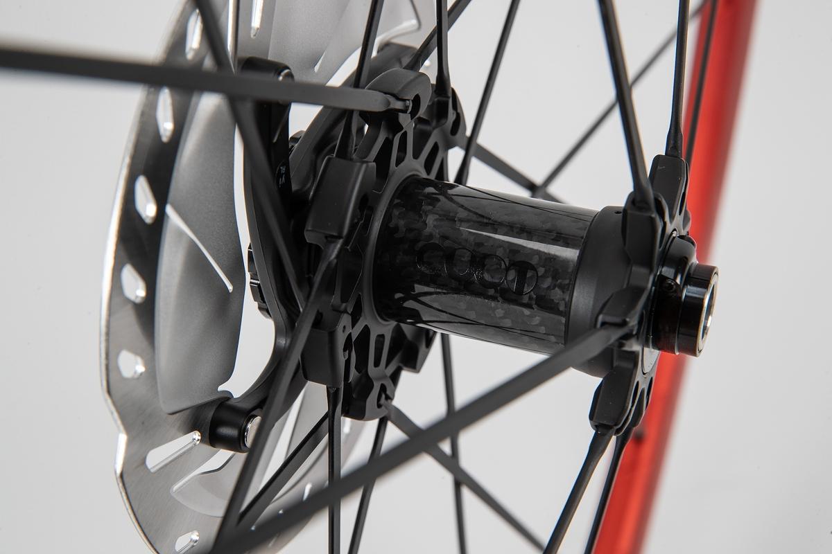 フロントハブはカーボンボディを採用 ディスクブレーキに対応するためフロントも2:1スポークシステムを採用する