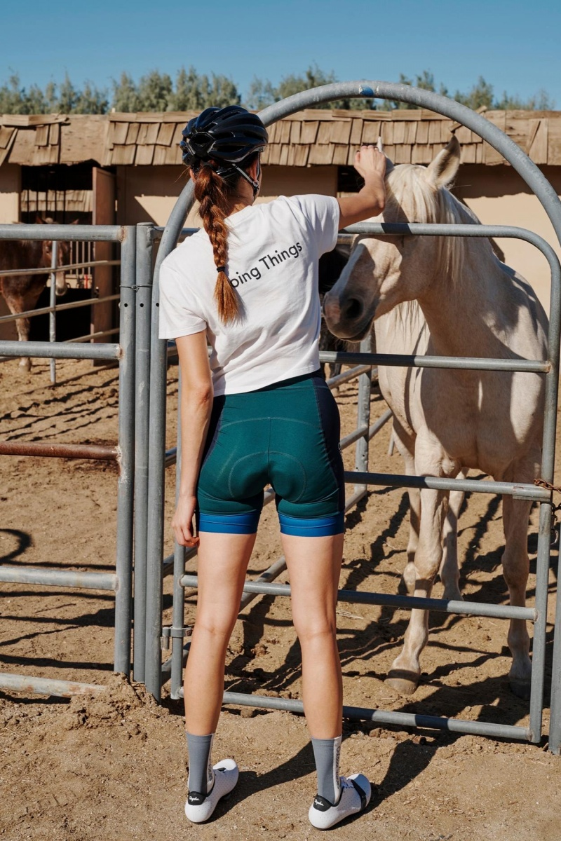 Rapha + Outdoor Voices Cropped T-ShirtとHigh-Waisted Padded Shortの組み合わせはラフな感じなコーディネートだ