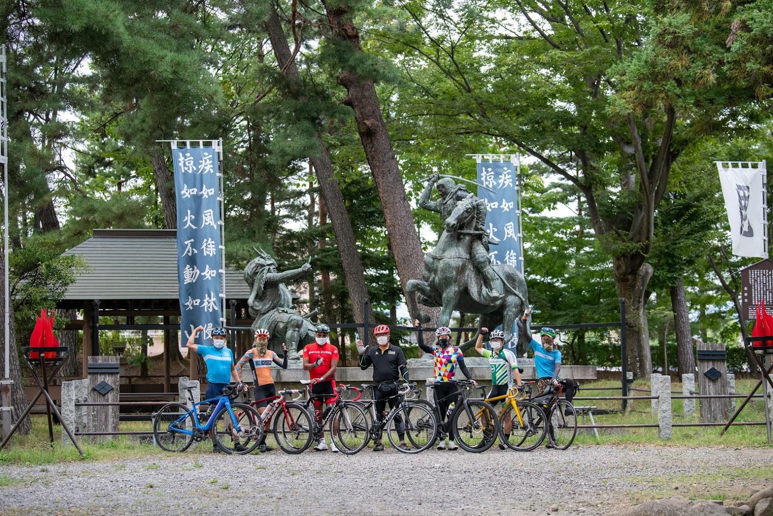 川中島の戦いを再現した銅像 左が武田信玄、右が上杉謙信