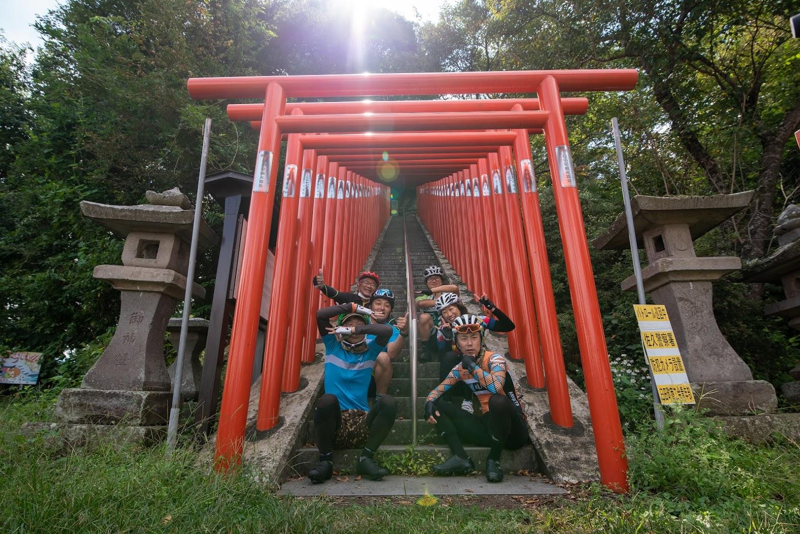 伏見稲荷を彷彿とさせる鳥居の神社が登場