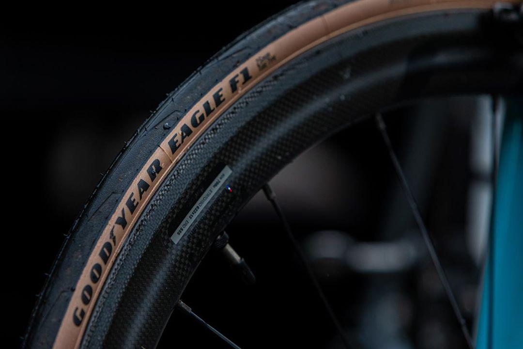 クラシカルな雰囲気漂う茶色のサイドウォールを採用したカラータイヤだ