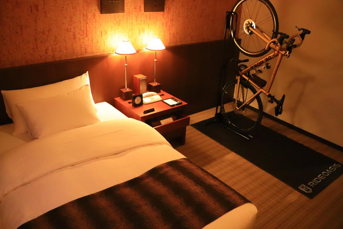 バイクラックを室内に用意してくれていた「松本丸の内ホテル」