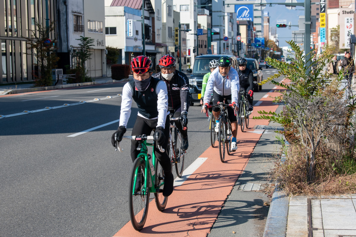 松本市街を走り抜けていく一行