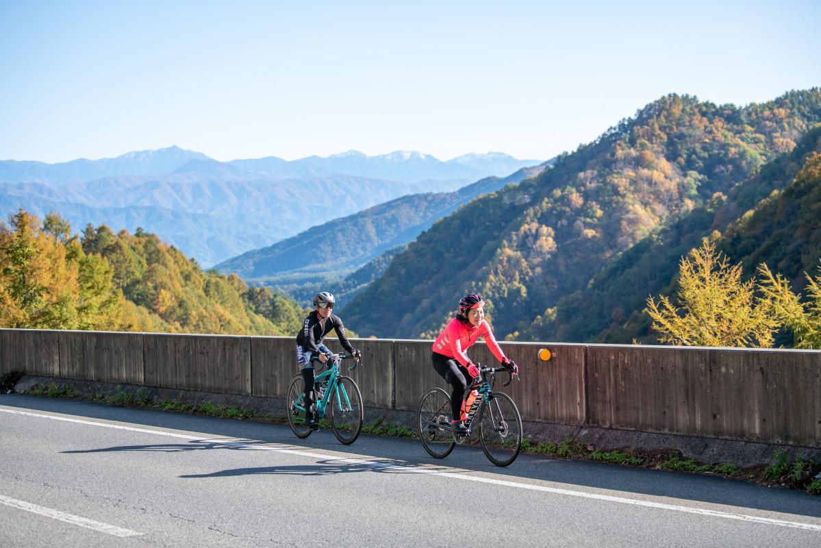 権兵衛峠はもう間もなく。背後には美しい山々が広がっています
