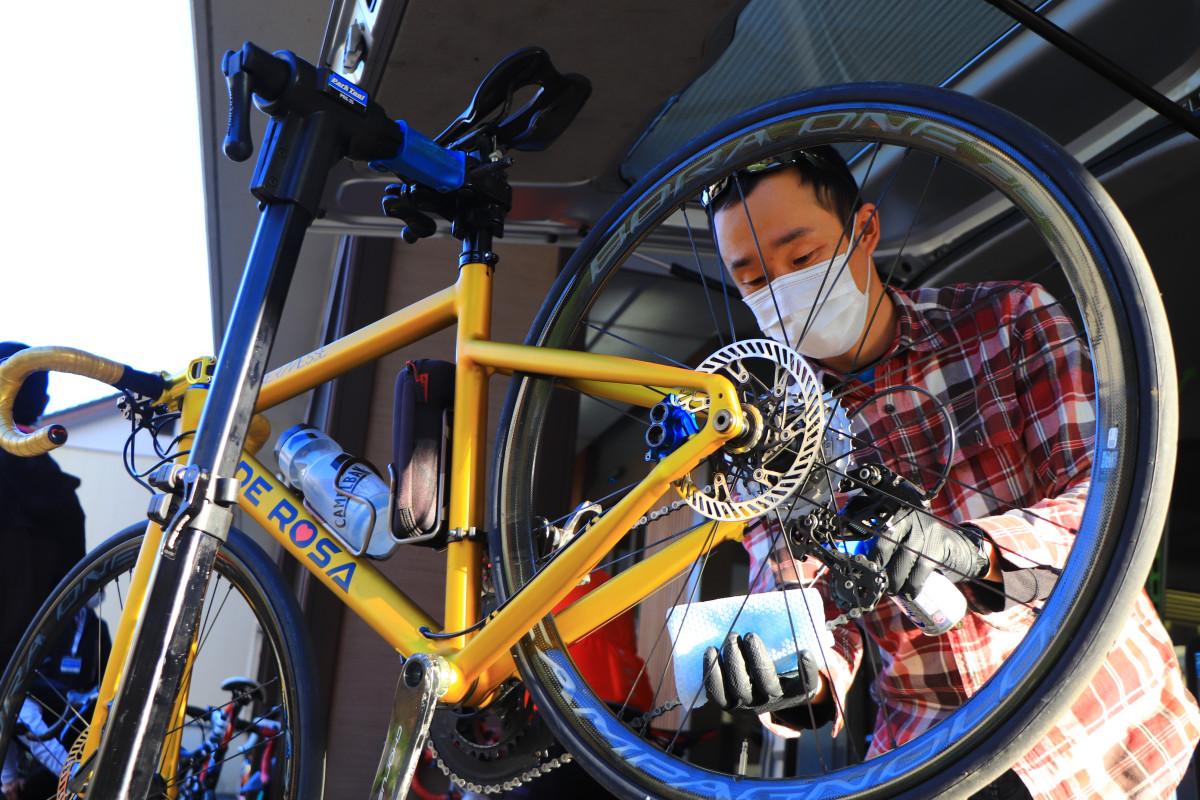 なんと全員のバイクを注油してくれるというメカニックサービスが。至れり尽くせり。