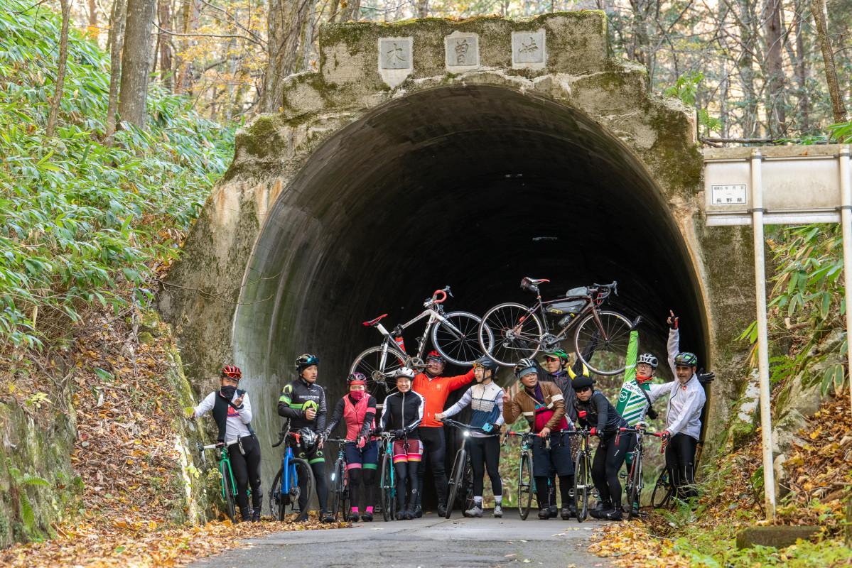 ピークには雰囲気のあるトンネルが。大丈夫?なんか人増えてたりしません?