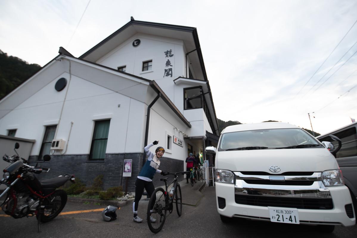 本日のお宿、龍泉閣。JR平岡駅と同じ建物にある、いわばPLAYatreの先駆けのような存在