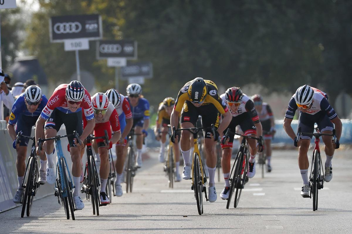 マチュー・ファンデルプール(オランダ、アルペシン・フェニックス)が腰を上げて加速するとすぐに先頭に立った